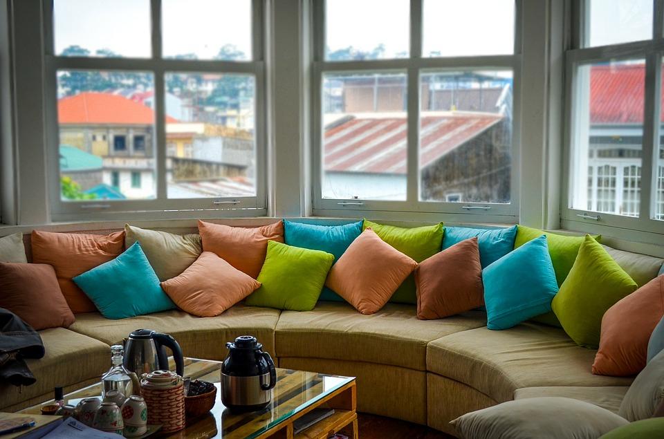 Dekorative Kissen und ihre Kraft bei der Innenraumeinrichtung